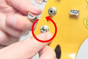 弦が外れないように指で押さえながら巻き付けていきます