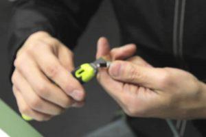 黒い皮膜をカッターで切除して、次の被膜をワイヤストリッパーで切断し、芯線を5mmほど露出させます。